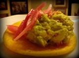 Tortos con guacamole y cebollamarinada