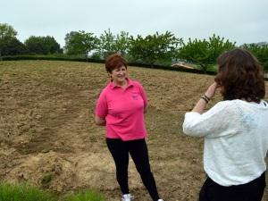 Pili conversa con Isabel en la finca donde planta sus fabes