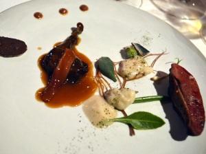 Pichón macerado en algas con emulsión de kalamata, hierbas de las marismas y crema de sardina