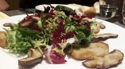 Ensalada de boletus edulis con vinagreta de remolacha